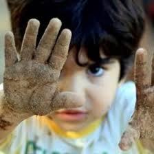 crianças-brincando-terra