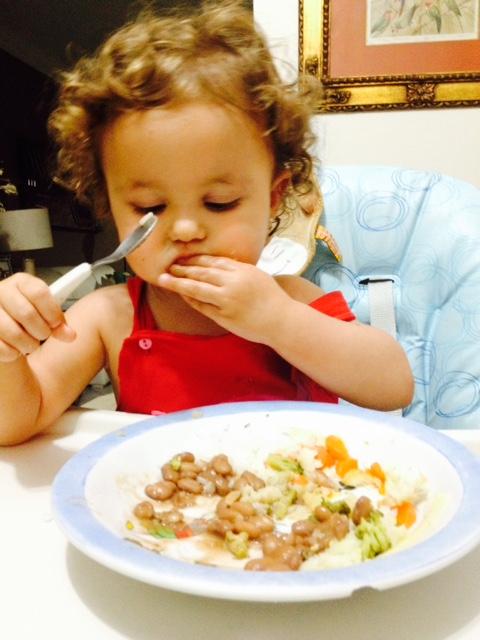 Nina comendo sozinha