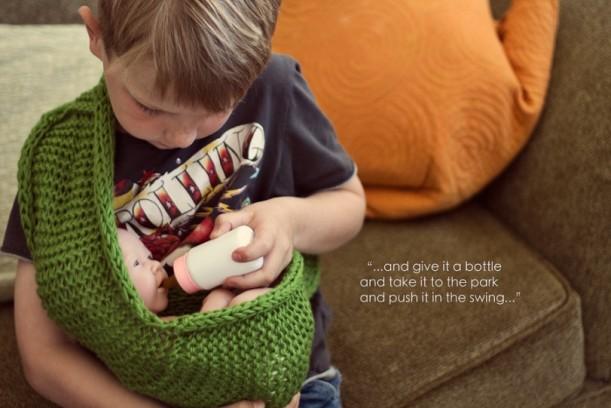 menino brincando de boneca